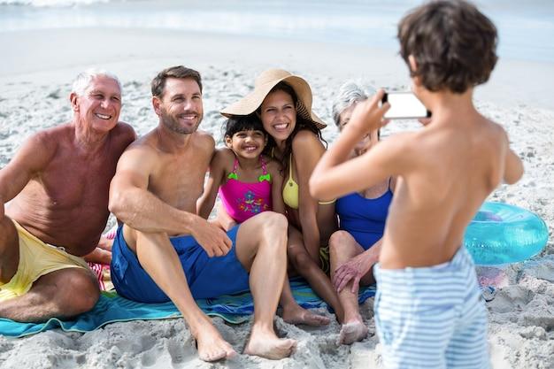 Nette mehrgenerationenfamilie, die ein bild macht