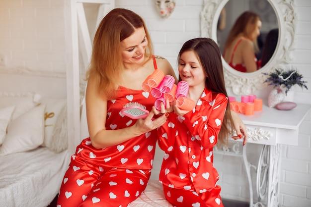 Nette mutter und tochter zu hause in pyjamas