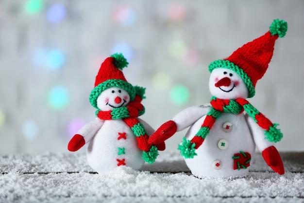 Nette schneemänner auf weihnachtshintergrund