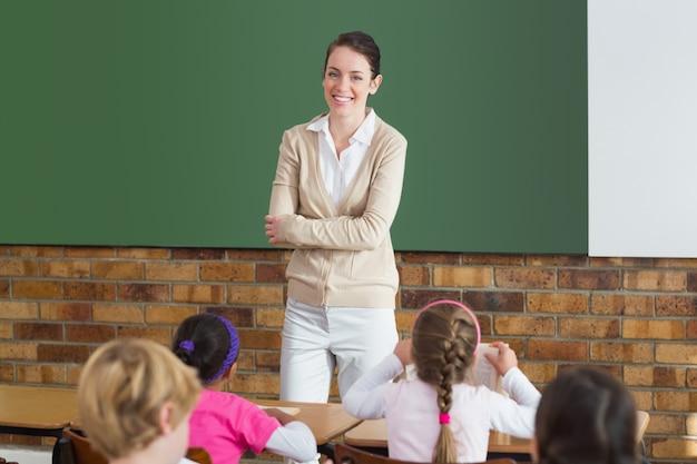 Nette schüler, die auf ihren lehrer im klassenzimmer hören