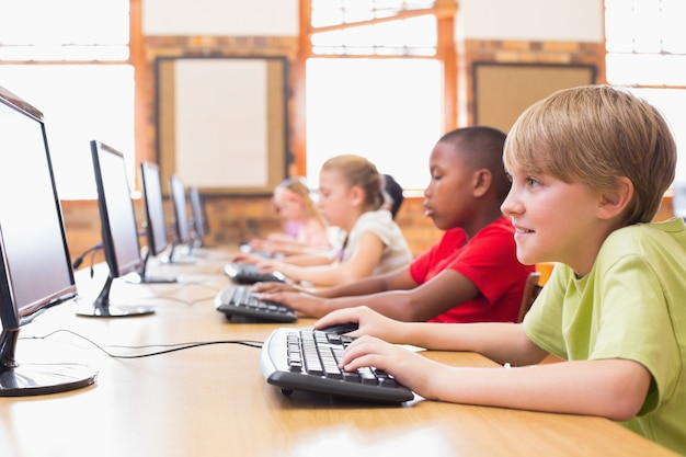 Nette schüler in der computerklasse