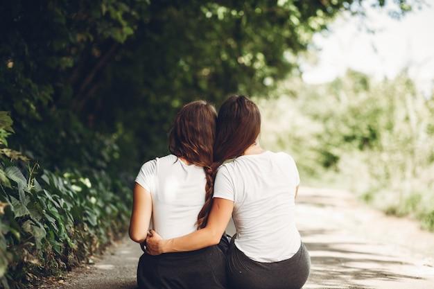 Nette schwestern in einem park