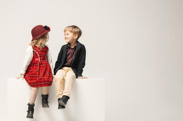 Nette stilvolle kinder auf weißem studio