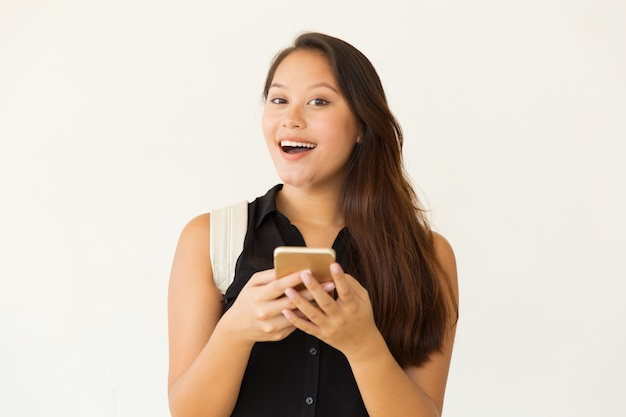 Nette studentin, die smartphone verwendet