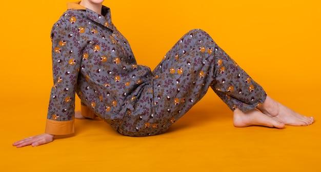 Nette und fröhliche frau im haus tragen pyjama