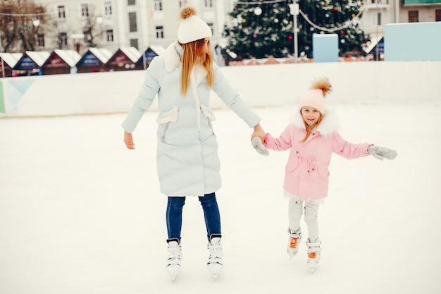 Nette und schöne familie in einer winterstadt
