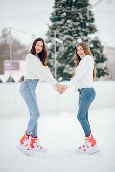 Nette und schöne mädchen in einer weißen strickjacke in einer winterstadt