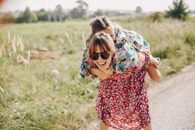 Nette und stilvolle familie auf einem sommergebiet