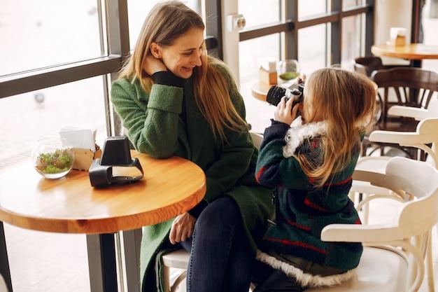 Nette und stilvolle familie in einem café