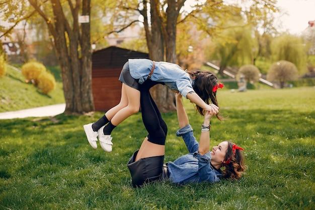 Nette und stilvolle familie in einem frühlingspark