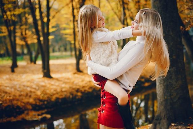Nette und stilvolle familie in einem herbstpark