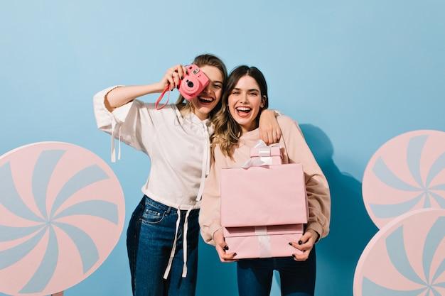 Nette weibliche modelle, die mit süßigkeitsdekoration aufwerfen