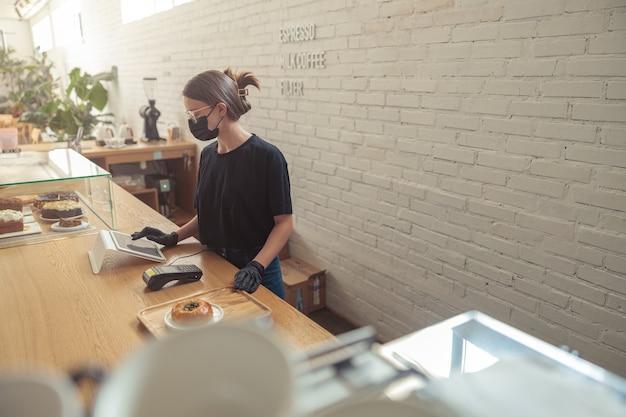 Nette weibliche person arbeitet an der bar
