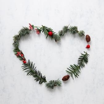 Nette weihnachtsdekoration mit kiefernblättern