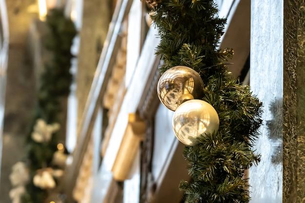 Nette weihnachtsdekorationen auf europäischen straßen