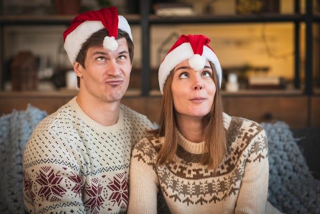 Nette weihnachtspaare, die dumm sind