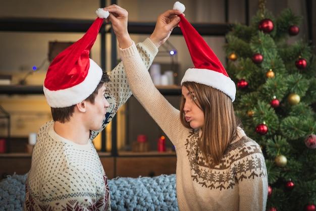 Nette weihnachtspaare, die miteinander verwirren