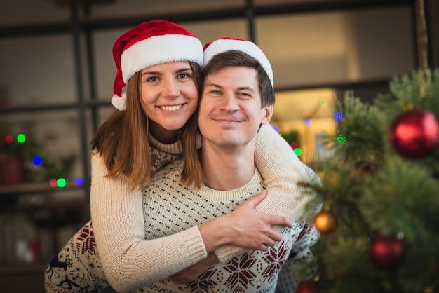 Nette weihnachtspaare, die spaß zusammen haben