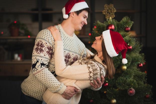 Nette weihnachtspaare in der liebe