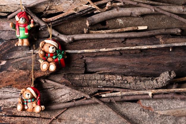 Nette weihnachtsverzierungen auf hölzernem hintergrund