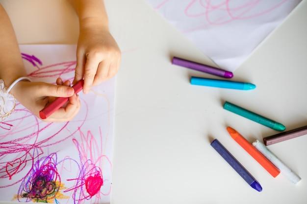 Nette zeichnung des kleinen mädchens mit wachspastell