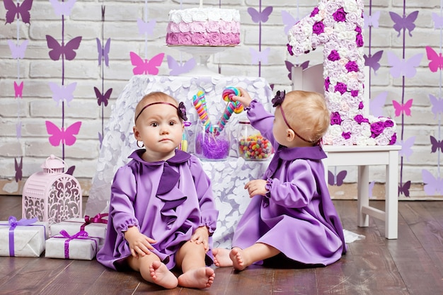 Nette zwillingsschwestern feiern ihren 1. geburtstag