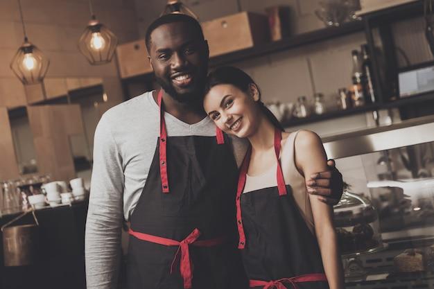Netter afroamerikanermann umarmt schönes mädchen