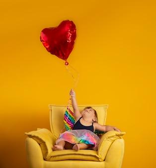 Netter amor mit rotem herzformballon. fröhlichen valentinstag. kindertag. karneval. matinee.