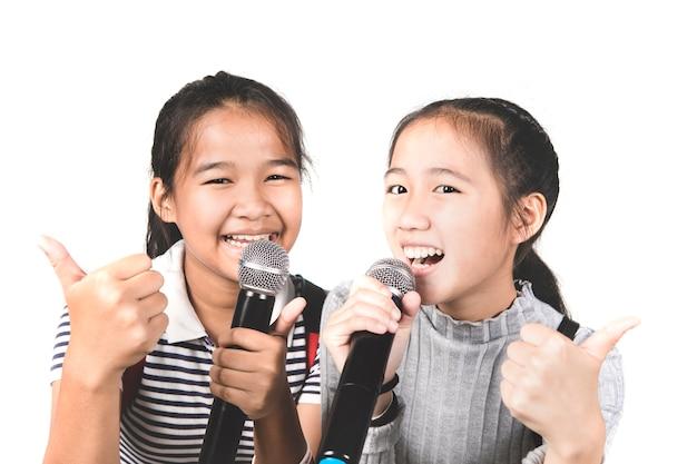 Netter asiatischer jugendlicherfreund singen ein lied mit glückgefühl