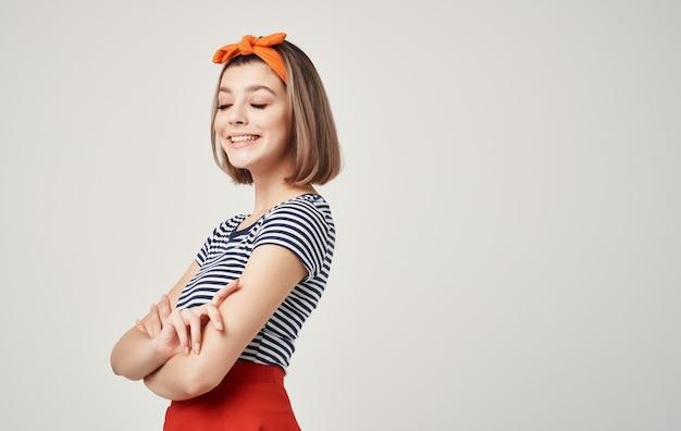 Netter blonder orange stirnbandmode moderner stil.
