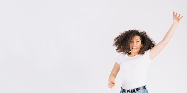 Netter brunette, der andd kamera betrachtend springt