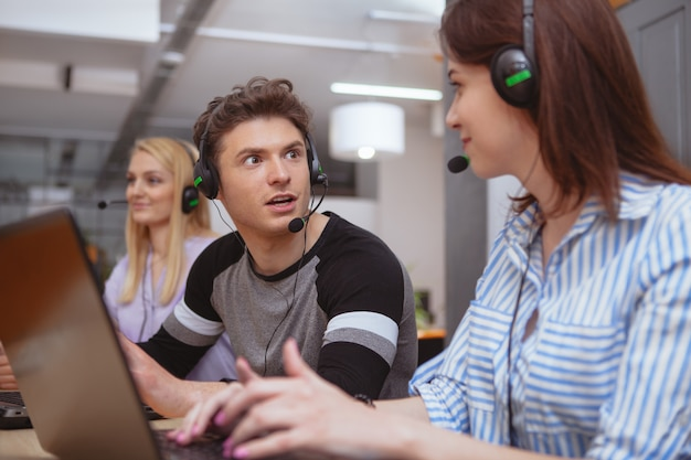 Netter call-center-betreiber bei der arbeit