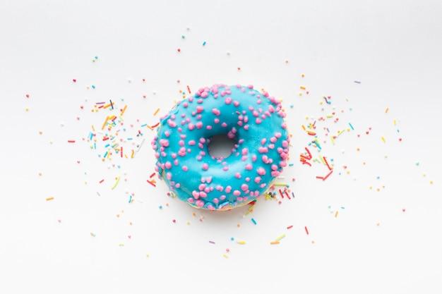 Netter donut mit draufsicht der konfettis