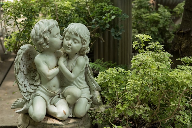 Netter geküsster paar-amor im garten