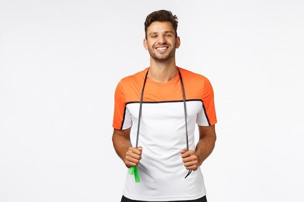 Netter, gesunder gutaussehender mann in der sportkleidung