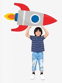 Netter glücklicher junge, der eine raketenikone hält