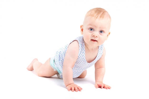 Netter glücklicher kleiner junge in gesprenkeltem hemd