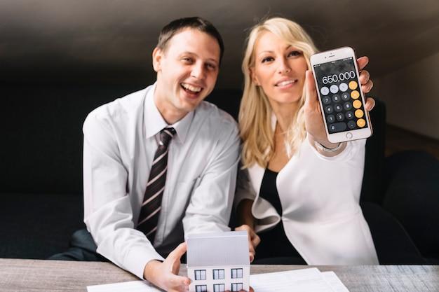 Netter grundstücksmakler und klient aufgeregt mit preis