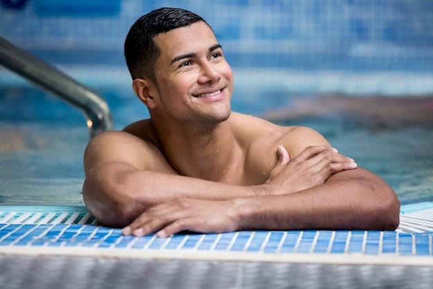 Netter gutaussehender mann im pool