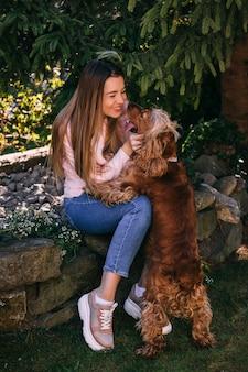 Netter hund, der junge frau küsst - wahres freundkonzept