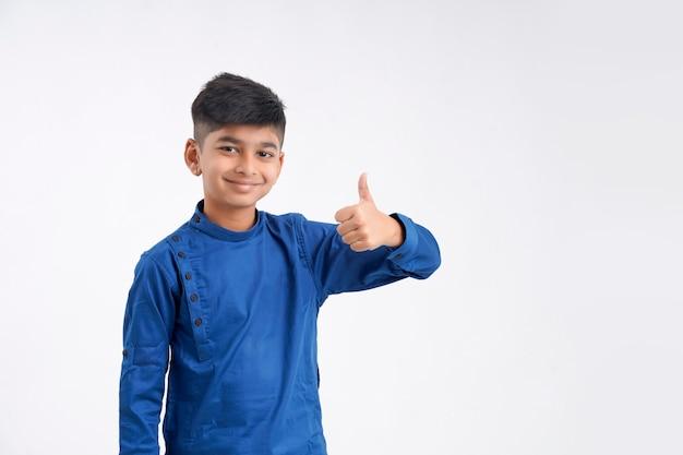 Netter indischer kleiner junge, der schläge oben zeigt