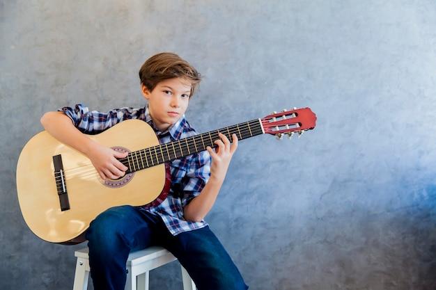 Netter jugendlich junge mit gitarre