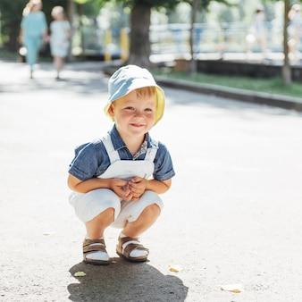 Netter junge, der für foto im freien aufwirft