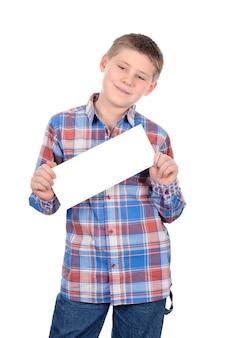 Netter junge, der mit leerem horizontalem rohling in der hand steht