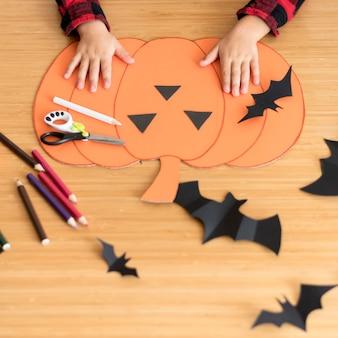 Netter junge mit halloween-kürbiskonzept
