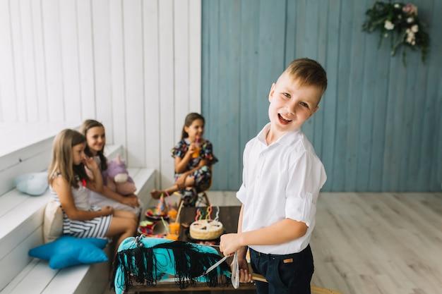 Netter junge mit hobbypferd auf geburtstagsfeier