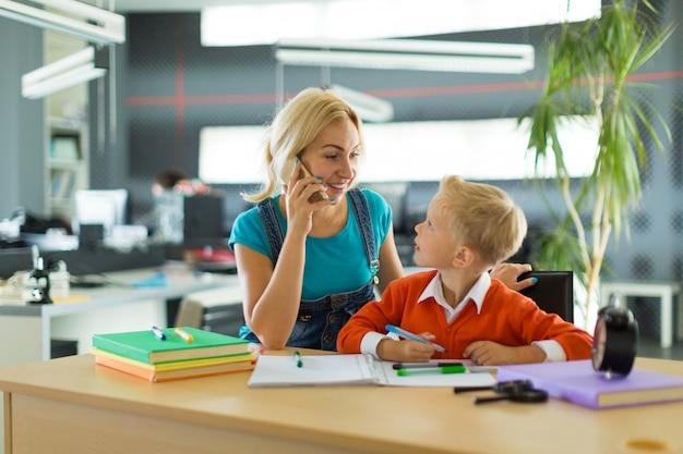 Netter junge und frau sitzen am schreibtisch im büro