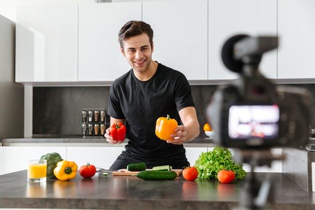 Netter junger mann, der sein videoblog filmt