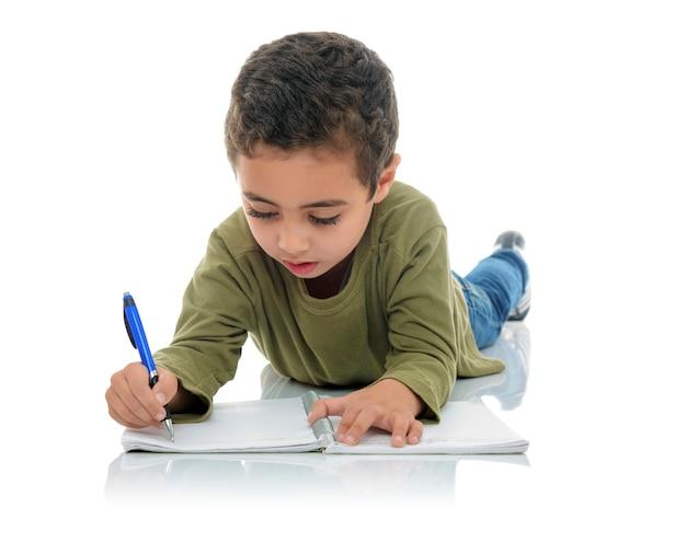 Netter junger schüler, der schreibt