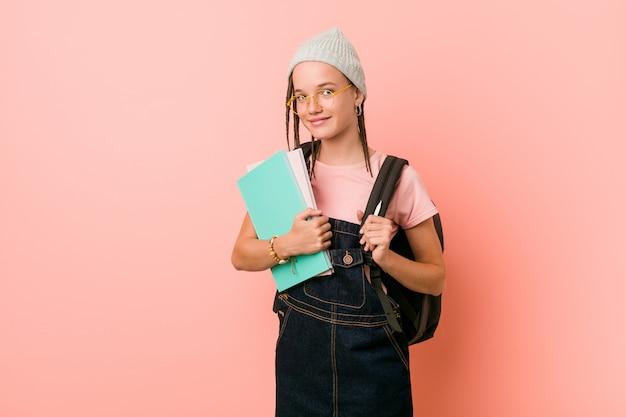 Netter kaukasischer jugendlichhippie-student